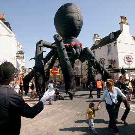 Neighbourhood Watch Stilts International & Soznak - Sid the Spider