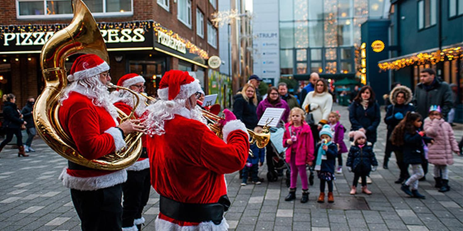 Walkabout Christmas Act Spread The Festive Spirit At Camberley (Surrey)