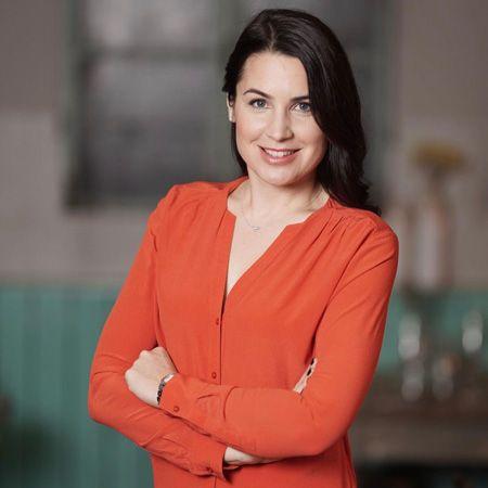 Julia Bauer - Bilingual Moderator