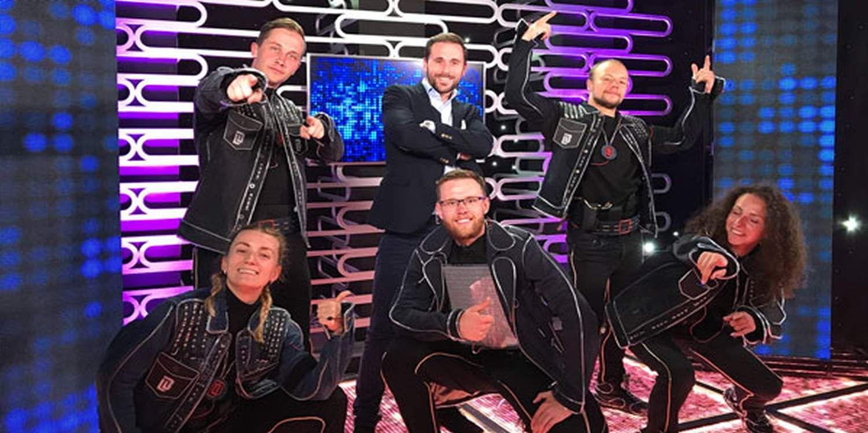 Hi-Tech Neon Dancers Star In Todo Queda En Familia
