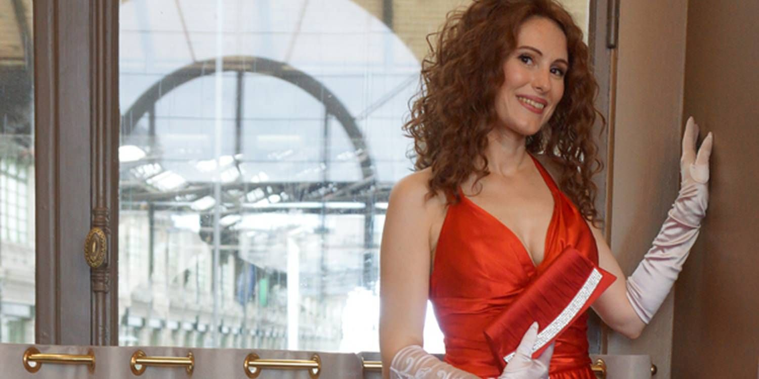 Julia Roberts Lookalike Dazzles The Crowds At Corporate Event In Paris