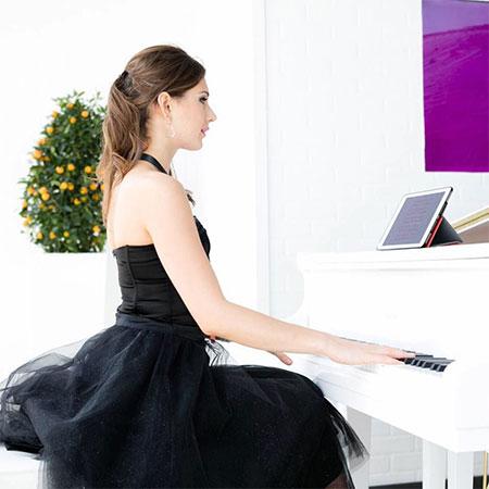 Vlada - Female Pianist