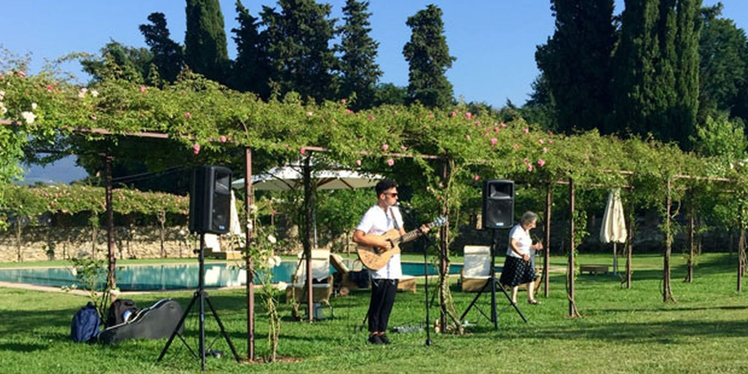 Singer Is Music To Wedding Guests' Ears In Italy