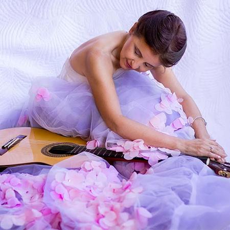 Gloria Medone - Female Spanish Guitarist