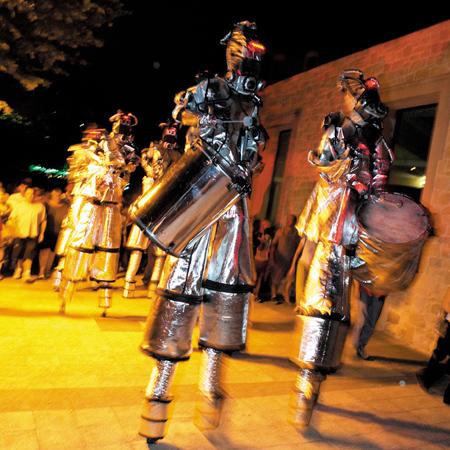 Neighbourhood Watch Stilts International & Soznak - The Drumming Robots